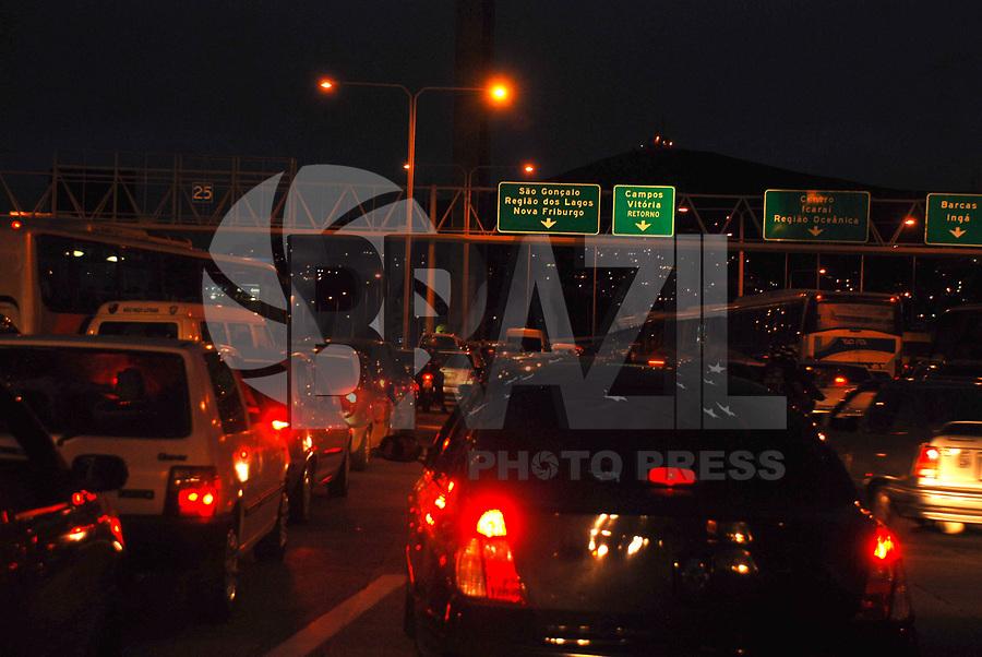 RIO DE JANEIRO, RJ, 04 DE MARÇO DE 2011 - SAÍDA FERIADO RIO DE JANEIRO - Trânsito na saída do feriado no Rio de Janeiro, sentido região dos Lagos. (FOTO: FERNANDO FERREIRA / NEWS FREE).