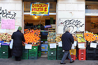 Discount di frutta e verdura gestito da immigrati egiziani. Discount of fruit and vegetables maintained by Egyptian immigrants...
