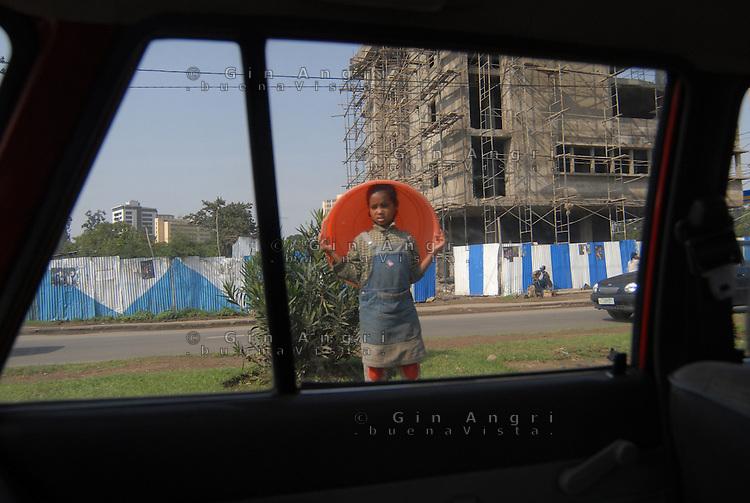 Addis Abeba, bambina con catino.girl with basin