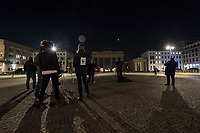 """Anlaesslich der Klimaschutzaktion """"Earth Hour"""" wurde am Samstag den 28. Maerz 2020 das Licht am Brandenburger Tor in Berlin fuer eine Stunde ausgeschaltet. Zu der seit 2007 jaehrlich stattfindenden Aktion """"Earth Hour"""" (""""Stunde der Erde"""") fuer Klima- und Umweltschutz wurden auch beruehmte Bauwerke wie der Koelner Dom, der Eiffelturm oder die Oper in Sydney in Dunkelheit gehuellt. Weltweit beteiligten sich nach Angaben der Umweltorganisation WWF mehr als 180 Laender auf allen Kontinenten an der Aktion.<br /> Aufgrund der Ausgangsbeschraenkungen wegen der Corona-Pandemie war der Platz vor dem Brandenburger Tor menschenleer.<br /> 28.3.2020, Berlin<br /> Copyright: Christian-Ditsch.de<br /> [NUR FUER REDAKTIONELLE ZWECKE! Werbung nur auf Anfrage beim Fotografen. Inhaltsveraendernde Manipulation des Fotos nur nach ausdruecklicher Genehmigung des Fotografen. Vereinbarungen ueber Abtretung von Persoenlichkeitsrechten/Model Release der abgebildeten Person/Personen liegen nicht vor. NO MODEL RELEASE! Don't publish without copyright Christian-Ditsch.de, Veroeffentlichung nur mit Fotografennennung, sowie gegen Honorar, MwSt. und Beleg. Konto: I N G - D i B a, IBAN DE58500105175400192269, BIC INGDDEFFXXX, Kontakt: post@christian-ditsch.de<br /> Bei der Bearbeitung der Dateiinformationen darf die Urheberkennzeichnung in den EXIF- und  IPTC-Daten nicht entfernt werden, diese sind in digitalen Medien nach §95c UrhG rechtlich geschuetzt. Der Urhebervermerk wird gemaess §13 UrhG verlangt.]"""
