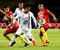PEREIRA-COLOMBIA, 03–10-2020: Rafael Navarro, Wilfrido de la Rosa de Deportivo Pereira y Daniel Cataño de Deportes Tolima disputan el balón, durante partido de la fecha 11 entre Deportivo Pereira y Deportes Tolima, por la Liga BetPlay DIMAYOR I 2020, jugado en el estadio Hernan Ramirez Villegas de la ciudad de Pereira. / Rafael Navarro, Wilfrido de la Rosa of Deportivo Pereira and Daniel Cataño of Deportes Tolima vie for the ball, during match of 11th date between Deportivo Pereira and Deportes Tolima, for the BetPlay DIMAYOR Leguaje I 2020 played at the Hernan Ramirez Villegas in Pereira city. / Photo: VizzorImage / JJ Bonilla / Cont.