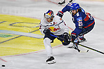 Mannheims Nicolas Krämmer / Kraemmer (Nr.21) hackt Muenchens Yasin Ehliz (Nr.42)  beim Spiel des MAGENTA SPORT CUP 2020, Adler Mannheim (blau) - EHC Red Bull Muenchen (weiss).<br /> <br /> Foto © PIX-Sportfotos *** Foto ist honorarpflichtig! *** Auf Anfrage in hoeherer Qualitaet/Aufloesung. Belegexemplar erbeten. Veroeffentlichung ausschliesslich fuer journalistisch-publizistische Zwecke. For editorial use only.