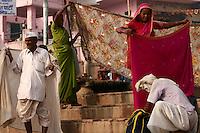 27.11.2008 Varanasi(Uttar Pradesh)<br /> <br /> Pilgrims drying their saris in the main ghat.<br /> <br /> Pelerins faisant sécher leurs saris sur le ghat principal.