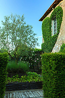 Les jardins du prieuré d'Orsan : coeur de lierre contre le bâtiment d'habitation<br /> <br /> Mention obligatoire du nom du jardin et pas d'usage publicitaire sans autorisation préalable.