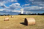 Grossbritannien, England, Kent, Sandhurst: Windmuehle und Strohballen | Great Britain, England, Kent, Sandhurst: Windmill amongst hay bales.