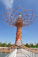 Milan 2 May 2015<br /> Expo 2015, tecnici al lavoro intorno all'Albero della Vita, simbolo dell'EXPO 2015<br /> Expo 2015, technicians at work around the Tree of Life, a symbol of EXPO 2015 <br /> Photo Livio Senigalliesi
