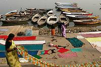 27.11.2008 Varanasi(Uttar Pradesh)<br /> <br /> Pilgrims drying saris near Ganga river.<br /> <br /> Pélerins faisant sécher des saris pres du Gange.