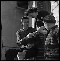 Domicile de Louis Bertorelle. 21 Janvier 1959. Vue du basketteur Louis Bertorelle du RCM Toulouse avec sa petite famille. Sa femme l'aide à soigner son genou.