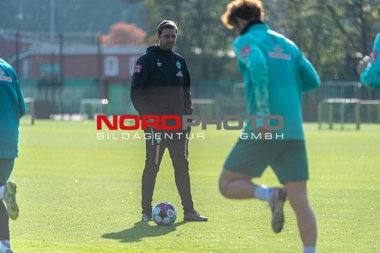 13.10.2020, Trainingsgelaende am wohninvest WESERSTADION - Platz 12, Bremen, GER, 1.FBL, Werder Bremen Training<br /> <br /> Florian Kohfeldt (Trainer SV Werder Bremen)<br /> Querformat<br />  ,Ball am Fuss, <br /> <br /> <br /> <br /> Foto © nordphoto / Kokenge