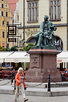 Denkmal vor Rathaus am Marktplatz (Rynek Glowny) in Wroclaw (Breslau), Woiwodschaft Niederschlesien (Województwo dolnośląskie), Polen, Europa<br /> Monument at Gothic townhall at Marketplace (Rynek Glowny) in Wroclaw,  Poland, Europe
