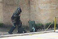 SAO PAULO,SP - 24.10.14 -  SUSPEITA DE BOMBA- O GATE foi chamado por conta de uma suspeita de Bomba na Rua Dona Veridiana nesta manhã de sexta feira(24) na região central de São Paulo, a mala suspeita foi deixada beirando o muro da Santa Casa no bairro da Santa Celia. ( Foto: Aloisio Mauricio / Brazil Photo Press )