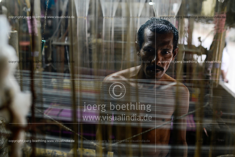 BANGLADESH, District Tangail, Kalihati, village Southpara, cottage industry, cotton Sari weaving unit, weaver working at loom / BANGLADESCH, Distrikt Tangail, Kalihati, village Southpara, Sari Weberei, Weber am Webstuhl