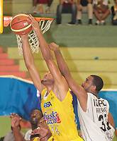 BUCARAMANGA -COLOMBIA, 26-03-2013. Hernández Villamil de Búcaros y Edgar Arteaga de Piratas durante partido de la fecha 20 de la Liga DirecTV de baloncesto profesional colombiano disputado en la ciudad de Bucaramanga. /  Hernández Villamil of Bucaros Edgar Arteaga during a game of the date 20 of the DirecTV League of professional Basketball of Colombia at Bucaramanga city. (Photo:VizzorImage / Jaime Moreno / STR).................