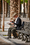 Spanien, Andalusien, Provinz Cádiz, Jerez de la Frontera: Plaza del Arenal, alter Mann sitzt auf Bank, liest Zeitung | Spain, Andalusia, Province Cádiz, Jerez de la Frontera: Plaza del Arenal, old man on bench, reading newspaper