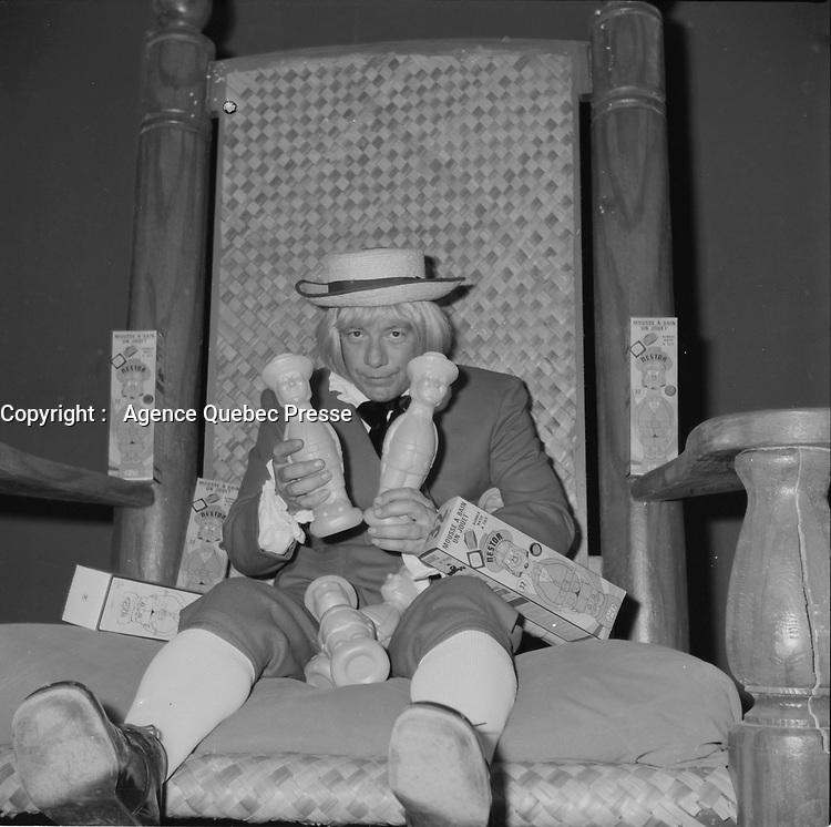 Le chanteur et comedien Claude Blanchard dans son personnage de Nestor<br />  (date exacte inconnue)<br /> <br /> PHOTO :  Agence Quebec Presse - Roland Lachance<br /> <br /> <br /> 1970 à 1974,il fait naître le personnage de Nestor, l'enfant terrible. À l'été 1980, Nestor revient sur scène et sur disque avec Patof, le temps de quelques spectacles au Parc Belmont.