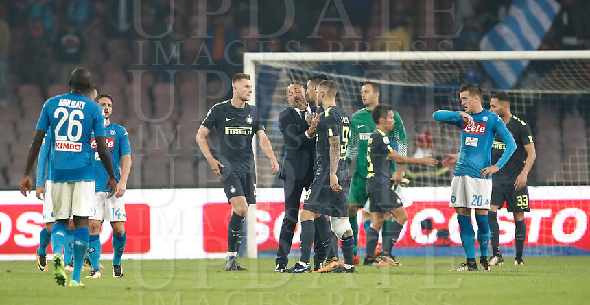 Calcio, Serie A: Napoli, stadio San Paolo, 21 ottobre 2017.<br /> Inter's and Napoli's teams greets at the end of the Italian Serie A football match between Napoli and Inter at Napoli's San Paolo stadium, October 21, 2017.<br /> UPDATE IMAGES PRESS/Isabella Bonotto