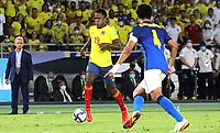 BARRANQUILLA – COLOMBIA, 10-10-2021: Sinisterra de Colombia (COL) y Militao de Brasil (BRA) dispután el balón durante partido entre los seleccionados de Colombia (COL) y Brasil (BRA), de la fecha 10 por la clasificatoria a la Copa Mundo FIFA Catar 2022, jugado en el estadio Metropolitano Roberto Meléndez en la ciudad de Barranquilla. / Sinisterra  of Colombia (COL) and Militao of Brasil (BRA) vie for the ball during match between the teams of Colombia (COL) and Brasil (BRA), of the 10th date for the FIFA World Cup Qatar 2022 Qualifier, played at Metropolitan stadium Roberto Melendez in Barranquilla city. Photo: VizzorImage / Jairo Cassiani / Contribuidor
