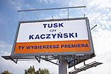 """""""Tysk oder Kaczynski"""" fragt das Wahlplakat. """"Du wählst die Premiere"""". / """"Tysk or Kaczynski"""" asks the election poster. """"You chose the première""""."""