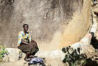 KENIA, ADS Anglican Development Services of Mount Kenya East, Stadt Embu, Dorf Gichunguri, Projekt Regenwasserauffang an einem Felsen und Speicherung in Tanks zur Nutzung in Duerreperioden, Agnes Irima, 44 Jahre, zementierte Auffangrinne fuer Regenwasser