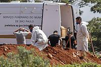 São Paulo (SP), 28/03/2021 - Sepultamentos no Cemitério Vila Formosa - Sepultamentos no cemitério da Vila Formosa, Zona Leste da cidade de São Paulo,  na manhã deste domingo (28). O Estado de São Paulo registrou  número recorde  de mortes por Covid-19 em uma semana.