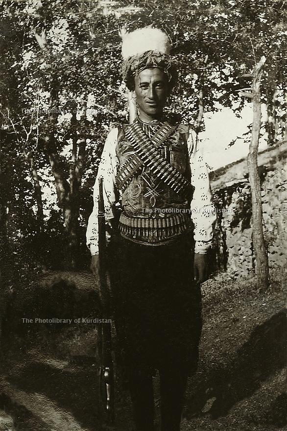 Ottoman Empire 1905  Kurd in traditional clothes with his weapons going to a festival in the region of Mush     Empire Ottoman 1905 Un kurde en tenue traditionnelle avec ses armes allant à une fête dans la region de Mush