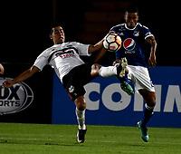 BOGOTÁ - COLOMBIA, 15-08-2018: César Carrillo (Der.) jugador de Millonarios (COL), disputa el balón con David Villalba (Izq.) jugador de General Díaz (PAR), durante partido de vuelta entre Millonarios (COL) y General Díaz (PAR), de la segunda fase por la Copa Conmebol Sudamericana 2018, en el estadio Nemesio Camacho El Campin, de la ciudad de Bogotá. / Cesar Carrillo (R) player of Millonarios (COL), figths for the ball with David Villalba (L) player of General Diaz (PAR), during a match of the second leg between Millonarios (COL) and General Diaz (PAR), of the second phase for the Conmebol Sudamericana Cup 2018 in the Nemesio Camacho El Campin stadium in Bogota city. VizzorImage / Luis Ramirez / Staff.