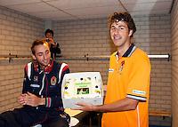 06-04-12, Netherlands, Amsterdam, Tennis, Daviscup, Netherlands-Rumania, Robin Haase krijgt een taart voor zijn verjaardag.