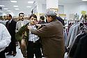 Irak 2000.Essayage dans le premier supermarché kurde en Irak: supermarché Mazi.Iraq 2000.Dohok: In Mazi supermarket