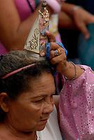 A imagem de Nossa Senhora de Nazaré em miniatura  é levada por promesseira ,  durante a maior procissão religiosa do país, que este ano conforme estimativas foi acompanhada por mais de 1,5 milhão de fiéis.<br /> 12/10/2008<br /> Belém, Pará, Brasil.<br /> Foto Paulo Santos/Interfoto