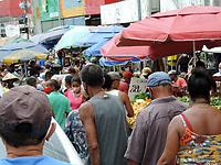 Recife (PE), 27/03/2021 - Quarentena-Recife - Movimentação neste sábado (27) na feira do bairro de Beberibe no limite entre Recife e a cidade de Olinda. Comércio fechado por decreto do governo do Estado, mas as pessoas podem negociar nas feiras livres.