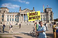 """200 bis 300 Reichsbuerger, Neonazis, Antisemiten und Verschwoerungstheoretiker versammelten sich am 3. Oktober 2014 zu einem """"Sturm auf den Reichstag"""". Die sogenannten Reichsbuerger erkennen die hiesigen Gesetze und Institutionen nicht an. Deutschland sei 1945 nicht befreit sondern besetzt worden und Grenzen des Deutschen Reiches von 1937 wuerden immer noch gelten. Anhaenger dieser Gruppierung fallen immer wieder durch Holocaustleugnung und Volksverhetzung auf.<br /> Zu den Kundgebungsteilnehmern sprach neben bekennenden Rechten auch der deutsche Pop- und Schlagersaenger Xavier Naidoo.<br /> Im Bild: Ein Kundgebungsteilnehmer mit einem Schild: """"Gekaufte Journalisten"""".<br /> 3.10.2014, Berlin<br /> Copyright: Christian-Ditsch.de<br /> [Inhaltsveraendernde Manipulation des Fotos nur nach ausdruecklicher Genehmigung des Fotografen. Vereinbarungen ueber Abtretung von Persoenlichkeitsrechten/Model Release der abgebildeten Person/Personen liegen nicht vor. NO MODEL RELEASE! Don't publish without copyright Christian-Ditsch.de, Veroeffentlichung nur mit Fotografennennung, sowie gegen Honorar, MwSt. und Beleg. Konto: I N G - D i B a, IBAN DE58500105175400192269, BIC INGDDEFFXXX, Kontakt: post@christian-ditsch.de<br /> Urhebervermerk wird gemaess Paragraph 13 UHG verlangt.]"""
