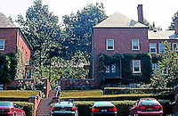 Charles S. Stein/Henry Wright: Chatham Village, Pittsburgh. Parking and access from perimeter road. Photo '01.