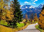 Deutschland, Bayern, Berchtesgadener Land, Ramsau bei Berchtesgaden: die B305 Richtung Ramsau, im Hintergrund die Berchtesgadener Alpen | Germany, Upper Bavaria, Berchtesgadener Land; Ramsau bei Berchtesgaden: main road B305 to Ramsau, at background Berchtesgaden Alps