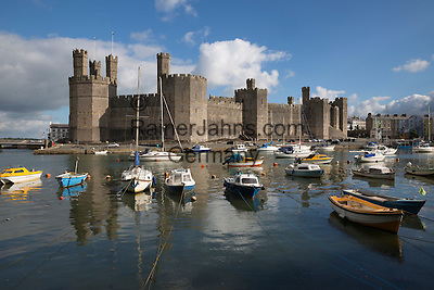 United Kingdom, Wales, Gwynedd, Caernarfon, Snowdonia: Caernarfon Castle on the River Seiont | Grossbritannien, Wales, Gwynedd, Caernarfon, Snowdonia: Caernarfon Castle am River Seiont
