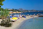 Spain, Mallorca, Port de Pollenca: view along beach | Spanien, Mallorca, Port de Pollenca (Puerto Pollensa): Strand