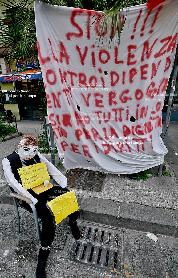 - NAPOLI 11 MAR  2014 - Fuorigrotta viale Augusto, manichino impiccato, e la protesta dei lavoratori licenziati dell'hotel Serius.