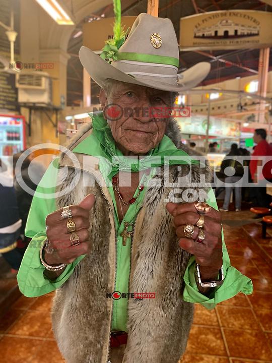 """Cosme Quihuis Navarro 14ene2019.<br /> Me dijo solo dos cosas: """"Verde que te quiero verde"""" y """"a qué hora subes la foto ? """"<br /> <br /> #vaquero #cowboy #oldman #viejo #terceraedad #greencolor #verde #green #colorverde #hat #sombrero #joyas #alajas #oro #plata #metales #paño #paliacate #face #rostro #eyes #mirada #ojos #crucifijo #religion #virgendeguadaluoe #mercadomunicipal"""