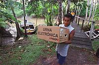 Chegada de  uma das  últimas urnas entregue na a escola municipal Domiciano de Farias  na   Ilha do igarapé Grande, a margem direita do rio Bijogo região das ilhas no município de Ananideua,  chegou ao local de votação às 6:30hs(Brasília) para garantir a votação de 158 eleitores da 43ª Zona eleitoral 475 seção.<br />Foto Paulo Santos/Interfoto<br />06/10/2002