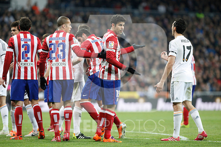 Real Madrid´s Arbeloa (R) and Atletico de Madrid´s Diego Costa (2R) argue during King´s Cup (Copa del Rey) semifinal match in Santiago Bernabeu stadium in Madrid, Spain. February 05, 2014. (ALTERPHOTOS/Victor Blanco)