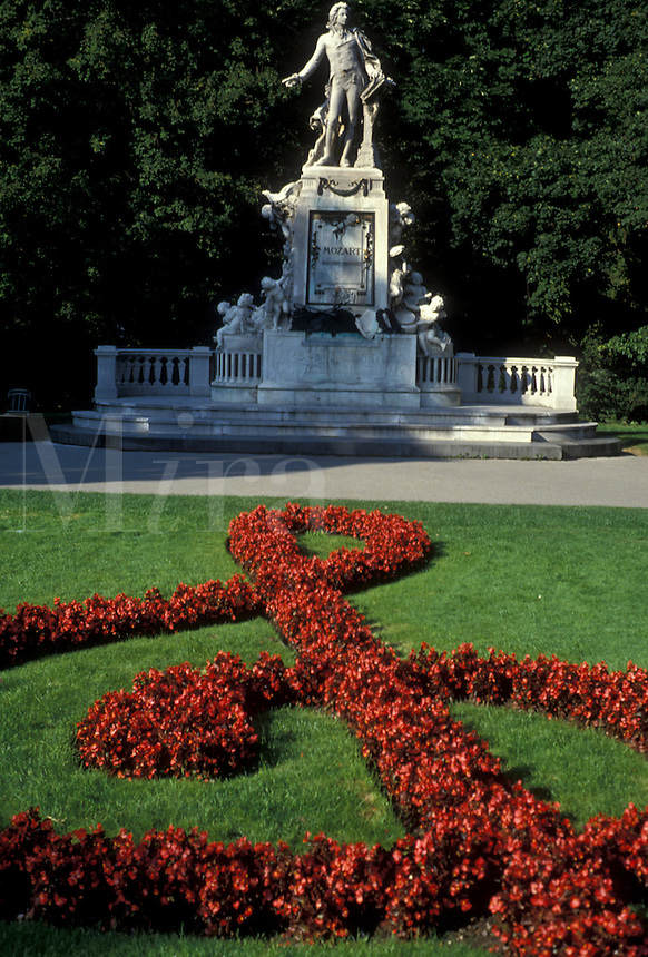 AJ2156, Vienna, Mozart, Austria, Europe, A red floral G clef decorates the lawn in front of the Mozart Memorial Statue (Wolfgang Amadeus Mozart) in Burggarten in downtown Vienna.