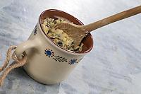 Selbstgemachtes Vogelfutter, Selbstgemachte Fettfuttermischung, wird in Tasse gefüllt, Zutaten Kokosfett, Hanfsamen, Maismehl, Erdnussbruch, Sonnenblumenkerne, Sonnenblumenöl, Vogelfutter selbst herstellen, Vogelfutter selber machen, Fettfutter für Meisenknödel, Fettfuttermischung, Vogelfütterung, Fütterung, bird's feeding, bird seed, birdseed
