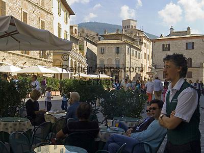 ITA, Italien, Umbrien, Assisi: Piazza del Comune mit Cafe   ITA, Italy, Umbria, Assisi: Piazza del Comune with cafe