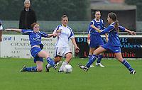Famkes Merkem - DVC Zuid-West : duel om de bal tussen Joke Verlinde (midden) , Cleo Mus (rechts) en Annelies Degrauwe.foto VDB / BART VANDENBROUCKE