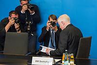 """Vorstellung des """"Masterplan Migration"""" des Bundesminister des Innern, fuer Bau und Heimat, Horst Seehofer (CSU), am Dienstag den 10. Juli 2018.<br /> Im Bild: Ein Fotojournalist hat Minister Seehofer gebeten fuer ein Foto so zu tun, als ob er im """"Masterplan"""" lesen wurde.<br /> 10.7.2018, Berlin<br /> Copyright: Christian-Ditsch.de<br /> [Inhaltsveraendernde Manipulation des Fotos nur nach ausdruecklicher Genehmigung des Fotografen. Vereinbarungen ueber Abtretung von Persoenlichkeitsrechten/Model Release der abgebildeten Person/Personen liegen nicht vor. NO MODEL RELEASE! Nur fuer Redaktionelle Zwecke. Don't publish without copyright Christian-Ditsch.de, Veroeffentlichung nur mit Fotografennennung, sowie gegen Honorar, MwSt. und Beleg. Konto: I N G - D i B a, IBAN DE58500105175400192269, BIC INGDDEFFXXX, Kontakt: post@christian-ditsch.de<br /> Bei der Bearbeitung der Dateiinformationen darf die Urheberkennzeichnung in den EXIF- und  IPTC-Daten nicht entfernt werden, diese sind in digitalen Medien nach §95c UrhG rechtlich geschuetzt. Der Urhebervermerk wird gemaess §13 UrhG verlangt.]"""