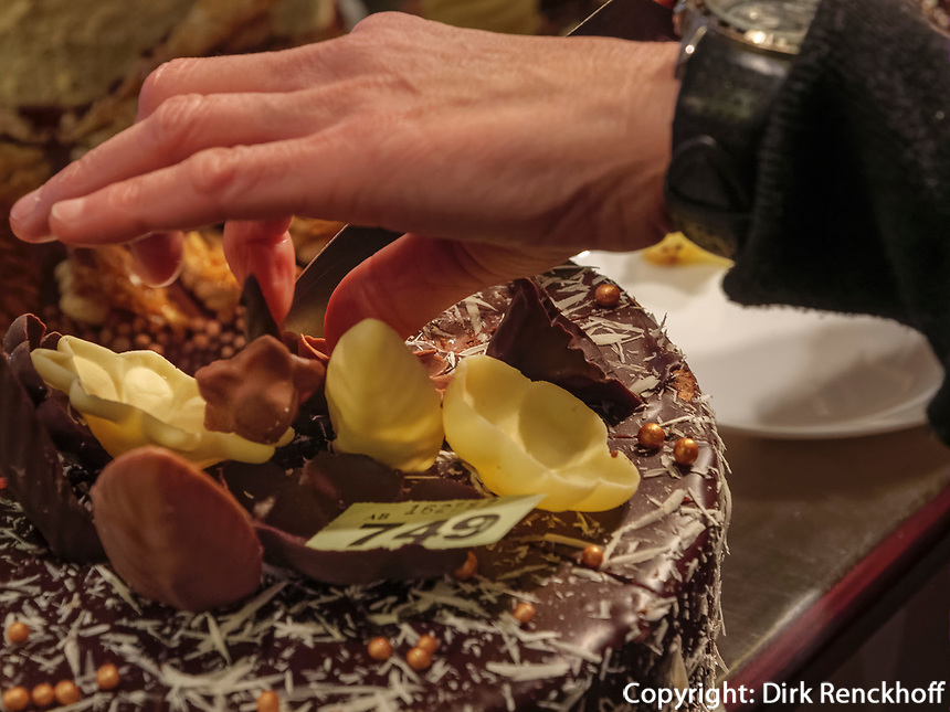 Torte im Chocolate House, Rue du marché-aux-Herbes, Luxemburg-City, Luxemburg, Europa<br /> Cake, Chocolate House, Rue du marché-aux-Herbes, Luxembourg, Luxembourg City, Europe
