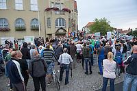 """Protest gegen Fluechtlingsunterkunft in Heidenau.<br /> Etwa 150-200 ogenannte """"besorgter Buerger"""", Hooligans und Nazis uzogen am Freitag den 28. August mit einer Demonstration durch Heidenau um gegen die Fluechtlingsunterkunft in ihrer Stadt zu demonstrieren. Der Pegida-Anwalt Jens Lorek trat zwar nur als Ordner auf, hatte aber das sagen auf der Demonstration.<br /> 28.8.2015, Heidenau<br /> Copyright: Christian-Ditsch.de<br /> [Inhaltsveraendernde Manipulation des Fotos nur nach ausdruecklicher Genehmigung des Fotografen. Vereinbarungen ueber Abtretung von Persoenlichkeitsrechten/Model Release der abgebildeten Person/Personen liegen nicht vor. NO MODEL RELEASE! Nur fuer Redaktionelle Zwecke. Don't publish without copyright Christian-Ditsch.de, Veroeffentlichung nur mit Fotografennennung, sowie gegen Honorar, MwSt. und Beleg. Konto: I N G - D i B a, IBAN DE58500105175400192269, BIC INGDDEFFXXX, Kontakt: post@christian-ditsch.de<br /> Bei der Bearbeitung der Dateiinformationen darf die Urheberkennzeichnung in den EXIF- und  IPTC-Daten nicht entfernt werden, diese sind in digitalen Medien nach §95c UrhG rechtlich geschuetzt. Der Urhebervermerk wird gemaess §13 UrhG verlangt.]"""