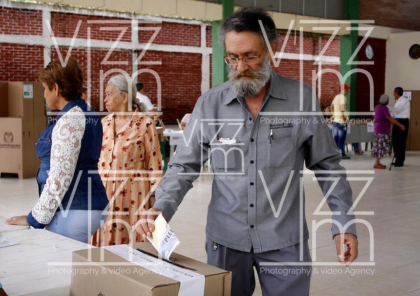 BOGOTA - COLOMBIA - 02 - 10 - 2016: Ciudadanos acuden a las urnas para vota durante el Plebisto, escribiendo un nuevo capitulo en la historia del pais. Hoy los colombianos acuden a las urnas para decir SI o NO al acuerdo de Paz firmado entre el Gobierno y las Fuerzas Armadas Revolucionarias de Colombia Ejercito del Pueblo (FARC-EP) / Citizens go to the polls to vote writing a new chapter in the history of the country. Today Colombians go to the polls to say YES or NO to the peace agreement signed between the government and the Revolutionary Armed Forces of Colombia People's Army (FARC-EP) Photo: VizzorImage / Luis Ramirez / Staff.
