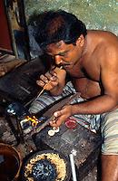 Goldschmied in Cochin = Kochi (Kerala), Indien.