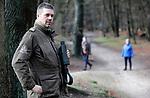 Foto: VidiPhoto<br /> <br /> HEUMEN – Jachtopziener Marcel Kamps uit Heumen controleert in natuurgebied Heumensoord bij Nijmegen op loslopende honden. De afgelopen weken zorgen niet-aangelijnde viervoeters voor levensgevaarlijke situaties doordat ze achter reewild aanjagen. Het opgejaagde wild rent het verkeer in of loopt zich dood tegen bomen en afrasteringen.