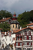 Europe/France/Aquitaine/64/Pyrénées-Atlantiques/Pays-Basque/Ciboure: L'église Saint-Vincent de Ciboure et les maisons du quai Maurice Ravel